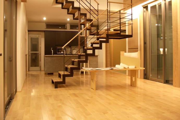 リビングアイアン階段からキッチン