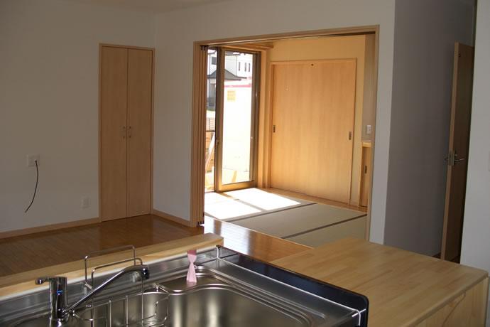 キッチンから畳スペースを望む